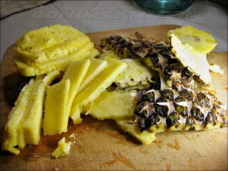 Режем ананас для приготовления настойки на самогоне.