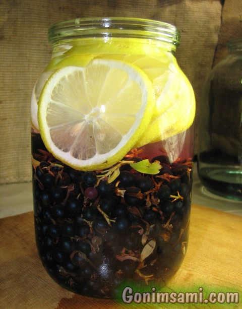 Ароматная домашняя настойка на лимоне и ягодах золотистой смородины.