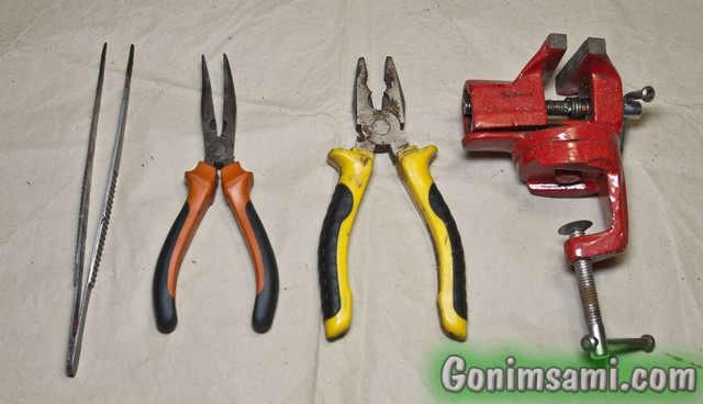 Инструменты для пайки металлов. Плоскогубцы, тонкогубцы, тиски и пинцет.