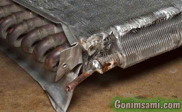 Припаянный к радиатору воздушного охлаждения медный патрубок