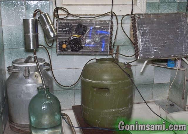 Самодельная система профессионального воздушного охлаждения самогонного аппарата в работе.