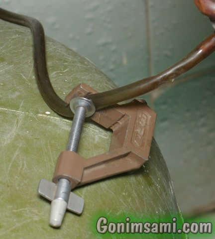 Простой регулятор расхода воды из шланги и струбцины.